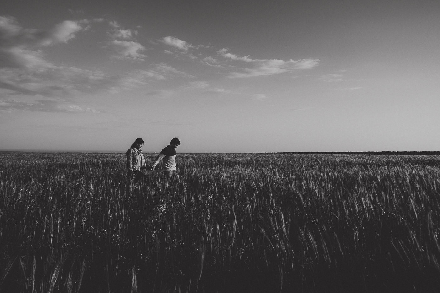 engagement-session_beach_algarve_torre-aspa_wheat-field_portugal_couple_sunset